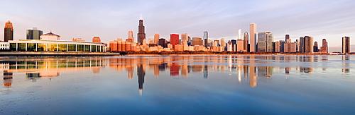 USA, Illinois, Chicago, City skyline over Lake Michigan at sunrise