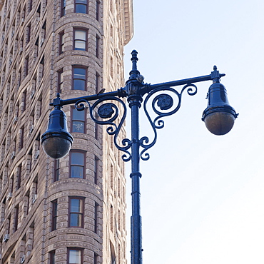 USA, New York City, Lamp post in front of Flatiron Building