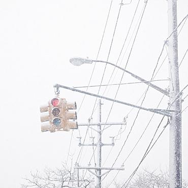 USA, New York State, Rockaway Beach, stoplight through snow