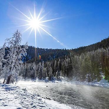 USA, Idaho, Stanley, Salmon River in winter