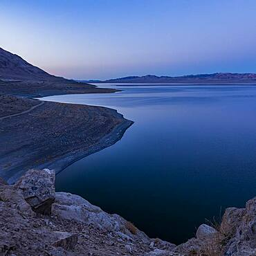 USA, Nevada, Hawthorne, Calm Walker Lake at dusk