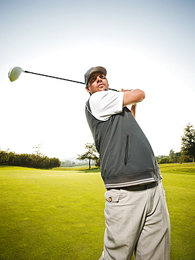 USA, California, Mission Viejo, Man playing golf