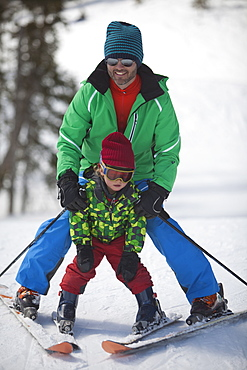 USA, Colorado, Telluride, Father with son (4-5) skiing together