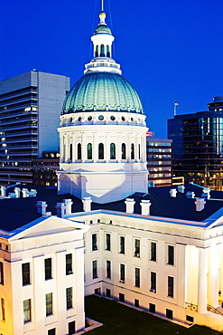 USA, Missouri, St. Louis, Courthouse at dusk