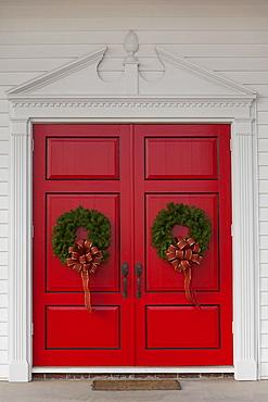 USA, San Francisco, Christmas wreath on red doors