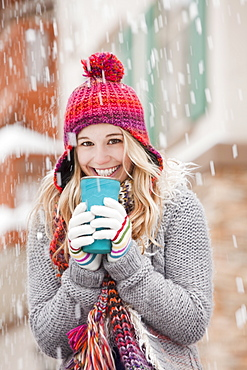 USA, Utah, Salt Lake City, portrait of young woman in winter clothing drinking
