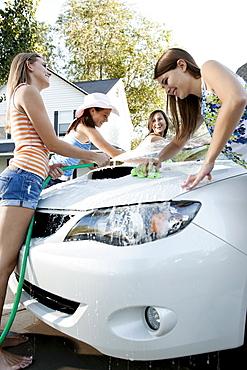 USA, Utah, Provo, Teenage girls (16-17) and young women watching car