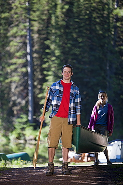 Canada, British Columbia, Fernie, Couple carrying canoe