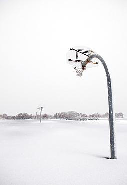 USA, New York State, Rockaway Beach, basketball hoop in winter
