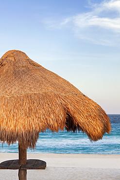 Mexico, Quintana Roo, Yucatan, Cancun, Sunshade on beach, Mexico, Quintana Roo, Yucatan, Cancun