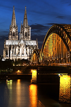 Hohenzollern Bridge and Cologne Cathedral illuminated at night, Hohenzollern Bridge and Cologne Cathedral, Germany
