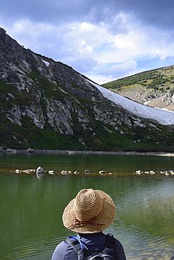 USA, Colorado, Idaho Springs, Hiker sitting by lake below Saint Mary's Glacier