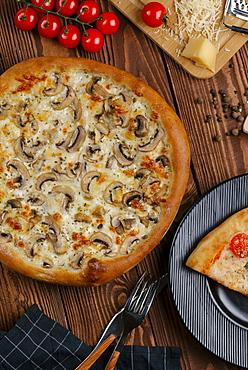 Mushroom pizza with ingredients
