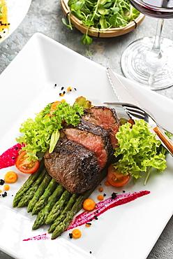 Roast beef on asparagus