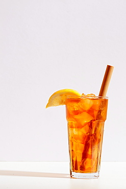 Iced tea in cup with sliced lemon