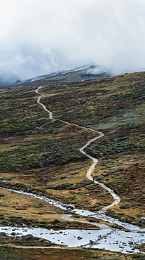 Australia, New South Wales, Hiking trail and lake in mountains at Charlotte Pass in Kosciuszko National Park
