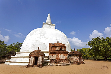 The Kiri Vihara dagoba (Stupa) Buddhist temple ruins, Polonnaruwa, UNESCO World Heritage Site, Sri Lanka, Asia