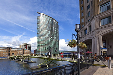 A bridge crossing the North Quay with the London Marriott Hotel behind, Canary Wharf, Docklands, London, England, United Kingdom, Europe