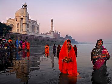 Chat ritual celebrated behind the Taj Mahal, Agra, Uttar Pradesh, India