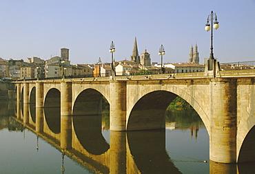 Puente de Piedra, reconstruction of bridge built by St. Dominic, John of Ortega, over Rio Ebro (Ebro River), Logrono, Camino de Santiago, La Rioja, Castile and Leon, Spain, Europe