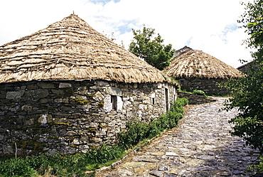 Rounded thatched pallozas of Celtic origin, Cebreiro, Lugo area, Galicia, Spain, Europe