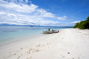 Beach with fishing boat, Manado, Sulawesi, Indonesia, Southeast Asia, Asia