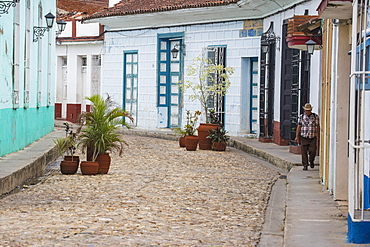 Colonial houses on cobbled street, Sancti Spiritus, Sancti Spiritus Province, Cuba, West Indies, Caribbean, Central America