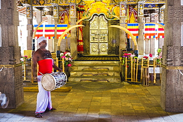 Drummer drumming at Temple of the Sacred Tooth Relic (Temple of the Tooth) (Sri Dalada Maligawa) in Kandy, Sri Lanka, Asia