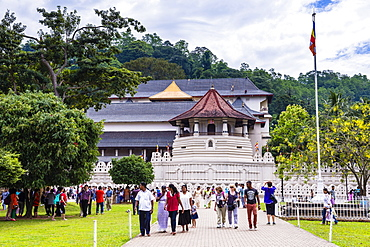 People visiting the Temple of the Sacred Tooth Relic (Temple of the Tooth) (Sri Dalada Maligawa), UNESCO World Heritage Site, Kandy, Sri Lanka, Asia
