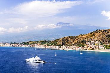 Giardini Naxos Bay, luxury yacht in front of Mount Etna Volcano, Taormina, Sicily, Italy, Mediterranean, Europe