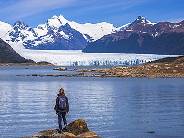 Tourist at Perito Moreno Glaciar, Los Glaciares National Park, UNESCO World Heritage Site, near El Calafate, Patagonia, Argentina, South America