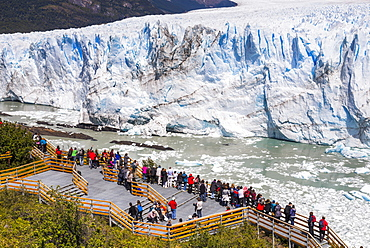People on walkway at Perito Moreno Glaciar, Los Glaciares National Park, UNESCO World Heritage Site, near El Calafate, Patagonia, Argentina, South America