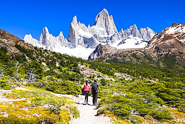 El Chalten, couple hiking to Laguna de los Tres in Los Glaciares National Park, UNESCO World Heritage Site, Patagonia, Argentina, South America
