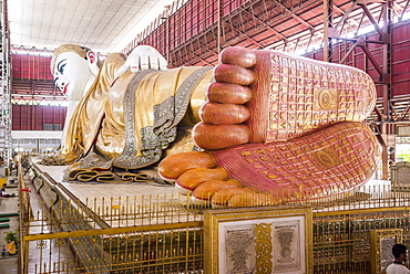 The 66m Reclining Buddha at Chauk Htat Gyi (Chaukhtatgyi) Buddha Temple, Yangon (Rangoon), Myanmar (Burma), Asia