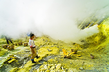 Sulphur miner working to mine sulphur at Kawah Ijen, Java, Indonesia, Southeast Asia, Asia