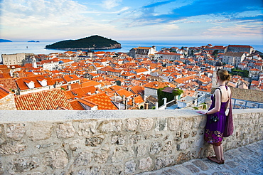 Tourist on Dubrovnik City Walls, Dubrovnik Old Town, UNESCO World Heritage Site, Dubrovnik, Dalmatian Coast, Adriatic, Croatia, Europe