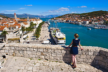 Tourist admiring the view from Kamerlengo Fortress over Trogir waterfront, Trogir, UNESCO World Heritage Site, Dalmatian Coast, Adriatic, Croatia, Europe