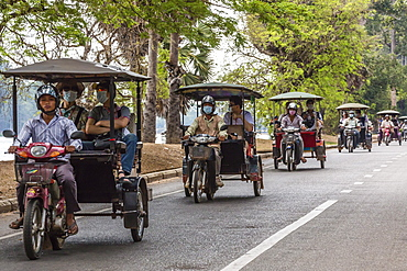Tuk-tuks full of tourists on their way to Angkor Wat, Angkor, Siem Reap Province, Cambodia, Indochina, Southeast Asia, Asia