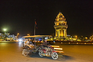 Night photograph of the Independence Monument with tuk-tuk, Phnom Penh, Cambodia, Indochina, Southeast Asia, Asia