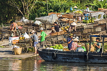 Families at floating market selling produce and wares in Chau Doc, Mekong River Delta, Vietnam, Indochina, Southeast Asia, Asia