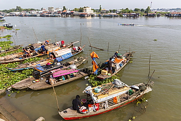 Families in their river boats at the local market in Chau Doc, Mekong River Delta, Vietnam, Indochina, Southeast Asia, Asia