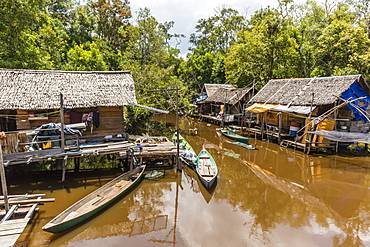 Small fishing village on the Sekonyer River, Tanjung Puting National Park, Kalimantan, Borneo, Indonesia, Southeast Asia, Asia