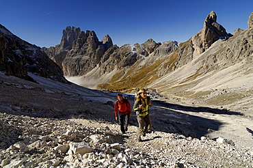 Hikers in the mountains under blue sky, Val di Fassa, Rosengarten, Dolomites, South Tyrol, Italy, Europe