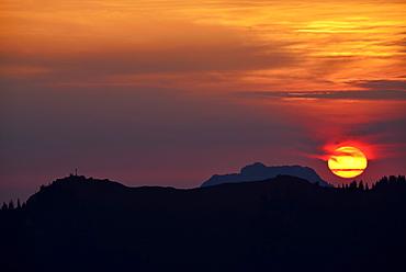 View from mount Setzberg to sunrise above Bodenschneid and Breitenstein, Bavarian Alps, Upper Bavaria, Bavaria, Germany