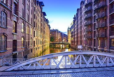 Bridge Kannengiesserortbruecke and illuminated buildings of warehouse district, Warehouse district, Speicherstadt, Hamburg, Germ