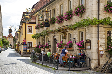 People sitting outside Gasthaus Zum Goldenen Ochsen restaurant in the old town, Sommerhausen, near Ochsenfurt, Franconia, Bavari