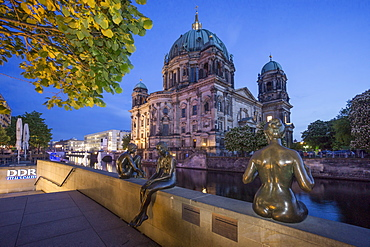 Three Girls and a Boy, Sculptures by Wilfried Fitzenreiter, Spree Riverside, Berlin cathedral, Berlin, Germany