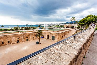 Tourists on the Dalt Murada, the Renaissance seawall at Parc de la Mar, historic city centre, Ciutat Antiga, Palma de Mallorca, Majorca, Balearic Islands, Mediterranean Sea, Spain, Europe