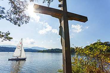 Cross on the Jakob island, Staffelsee, with sailing boat, near Murnau, Blue Land, district Garmisch-Partenkirchen, Bavarian alpine foreland, Upper Bavaria, Bavaria, Germany, Europe