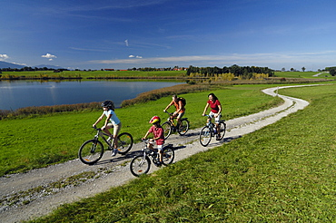 Family on a bike tour at lake Riegsee, near Murnau, Upper Bavaria, Bavaria, Deutschland